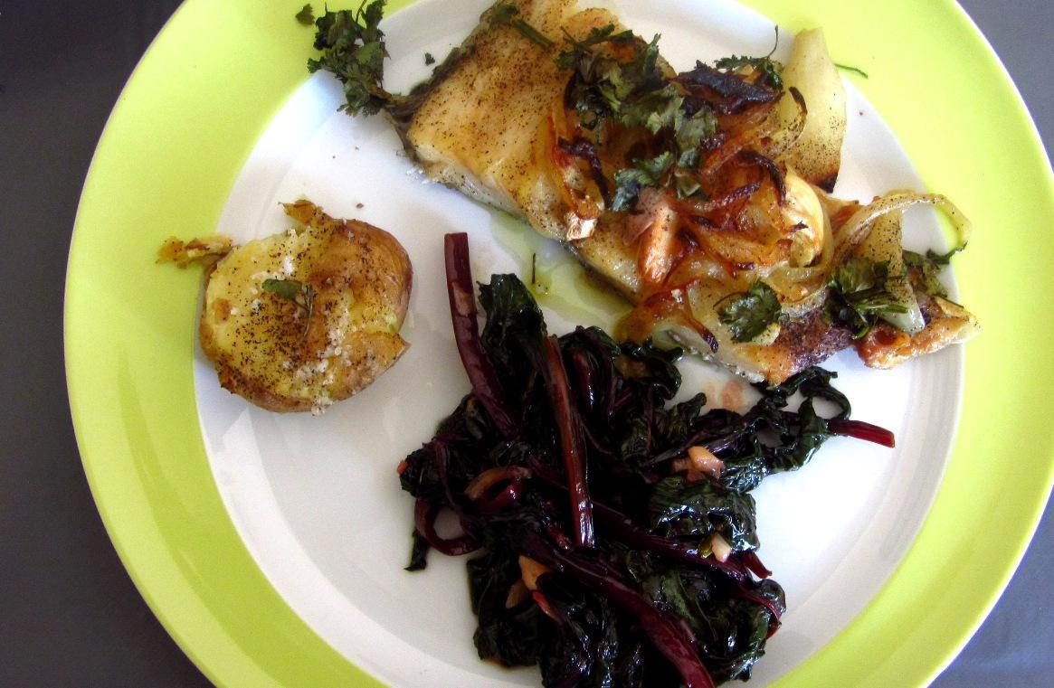 Bacalhau no forno com batatas a murro e folhas de beterraba salteadas no wok